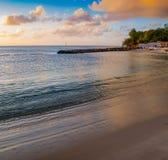 De många färgerna av den karibiska solnedgången arkivfoto