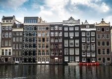 De många fönstren av Amsterdam kanalhus på vattnet i sommar Royaltyfria Foton