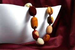 De mångfärgade pärlorna Royaltyfri Bild