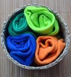 De mångfärgade sockorna för barn i den runda lathunden arkivbild