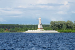 ` De Mère-Volga de ` de monument sur le réservoir de Rybinsk un jour nuageux de juillet Images libres de droits