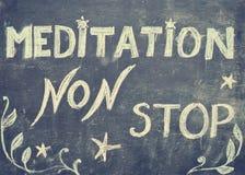 De méditation signe d'arrêt non, message écrit avec la craie sur le tableau noir Images stock