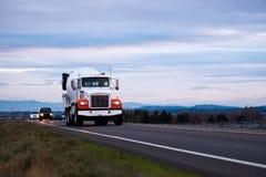 De mélangeur concret grand d'installation camion classique semi sur la route de soirée Photos libres de droits