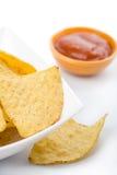De maïs breekt in witte kom en salsasaus af Royalty-vrije Stock Afbeelding