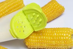 De maïskolf van gekookt graan ligt op een schotel Op een witte achtergrond Royalty-vrije Stock Foto's