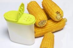 De maïskolf van gekookt graan ligt op een schotel Op een witte achtergrond Stock Foto
