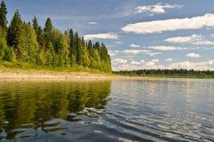 De maagdelijke bossen van de Komi-Republiek, de rivier Shchugor Stock Foto's
