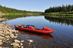 De maagdelijke bossen van de Komi-Republiek, de rode boot op de rivier royalty-vrije stock fotografie