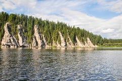 De maagdelijke bossen van de Komi-Republiek, toneelklippen op de taigarivier Shchugor royalty-vrije stock foto's