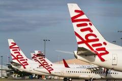 De maagdelijke emblemen van Luchtvaartlijnenvliegtuigen bij luchthaven Stock Afbeelding