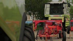 De maaimachine met tractor-drawn ploeg is complex in het landbouwbedrijf stock video