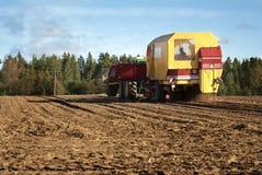 De maaimachine van de aardappel Stock Afbeeldingen