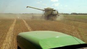 De Maaimachine verzamelt het Gewas, gaat de Tractor naar het Gecombineerde Weergeven van de Cabine van de Tractor De zomerhitte t stock video