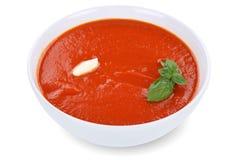 De maaltijd van de tomatensoep in kom met geïsoleerde tomaten Stock Afbeeldingen
