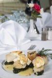 De maaltijd van vissen en van de spinazie à la carte stock afbeeldingen