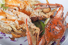 De maaltijd van zeevruchten van krab en zeekreeft stock afbeeldingen