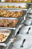 De maaltijddienbladen van het banket die op lijsten worden gediend Stock Afbeeldingen