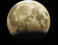 De maan… in een bewolkte nacht royalty-vrije stock fotografie
