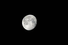 De maan… in een bewolkte nacht Stock Foto