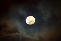 De Maan bij Bewolkte Nacht Stock Afbeelding