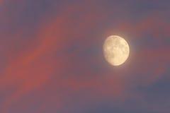 De maan in de hemel Royalty-vrije Stock Afbeeldingen