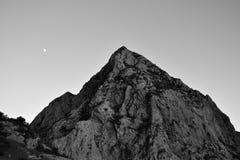 De maan in de lucht wordt gehangen die Stock Foto's
