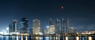 De Maan die van het Uperblauwe bloed over Bangkok toenemen Stock Foto