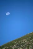 De maan en de heuvel Royalty-vrije Stock Afbeeldingen