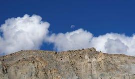 De maan op de achtergrond kijkt mooi met blauwe hemel en witte wolken Stock Afbeeldingen