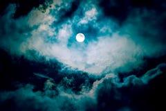 De maan op de donkere hemel Royalty-vrije Stock Afbeeldingen