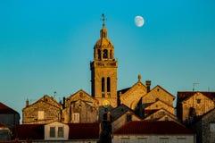 De maan over Korcula, in Kroatië stock afbeelding