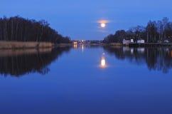 De maan in stedelijke montages Stock Foto