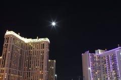 De maan tussen de paleizen Stock Foto