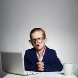 De Maan van het skelet Jonge bedrijfsjongen kind in glazen weinig werkgever in bureau Stock Afbeelding