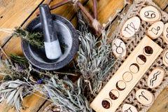 De maanfasen en de astrologische symbolen met kruid beheksen mortier en stamper, met tak pentagram en droge kruidbundels royalty-vrije stock foto