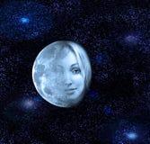De maanoverdrachten in een gezicht van de mooie vrouw in de nachthemel Royalty-vrije Stock Foto