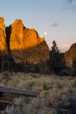 De Maanreeksen als Zonstijgingen op Smith Rock Oregon royalty-vrije stock foto's