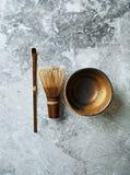 De maatregelenlepel, bamboe zwaait en ceramische kop voor matchathee Stock Foto's
