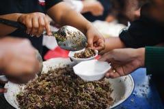 De maatschappij voor het helpen om voedsel met de armen te delen: het concept verhongering royalty-vrije stock foto's