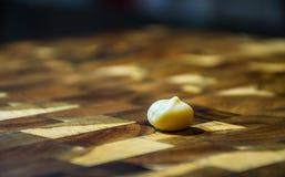 De macadâmia da porca assento próximo acima em uma placa de corte na cozinha Fotos de Stock Royalty Free