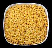 De macaroni van de elleboog over zwarte royalty-vrije stock fotografie
