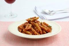 De macaroni van deegwaren met tomatensaus stock fotografie