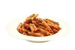De macaroni van deegwaren met tomatensaus Stock Afbeeldingen
