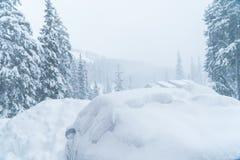 De machine is behandeld met sneeuwblizzard Slecht weer Heel wat sneeuw royalty-vrije stock fotografie