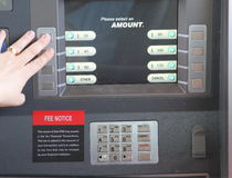 De Machine die van ATM door vrouw wordt gebruikt royalty-vrije stock afbeelding