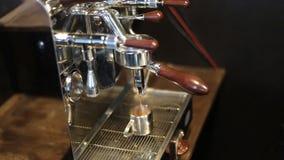 De machine die van de espresso een koffie brouwt stock videobeelden