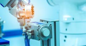 De machine die van de robothand gesimuleerd voorwerp op vage achtergrond grijpen Gebruiks slimme robot in verwerkende industrie R royalty-vrije stock fotografie