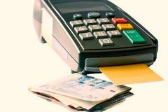 De machine en het bankbiljet van de creditcardlezer, op w wordt geïsoleerd dat stock foto's