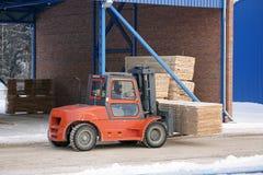 De machine heft timmerhout op een houten fabriek op royalty-vrije stock afbeeldingen