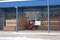 De machine heft timmerhout op een houten fabriek op royalty-vrije stock foto's